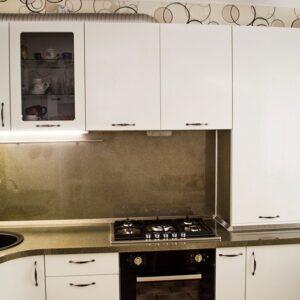 Белая угловая глянцевая кухня с радиусными фасадами в стиле модерн на заказ в Калининграде