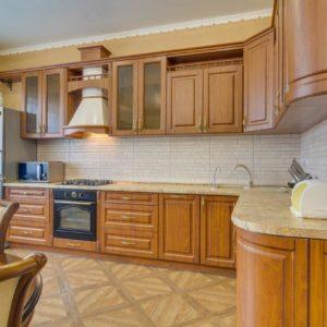 Угловая кухня в классическом стиле в Калининграде