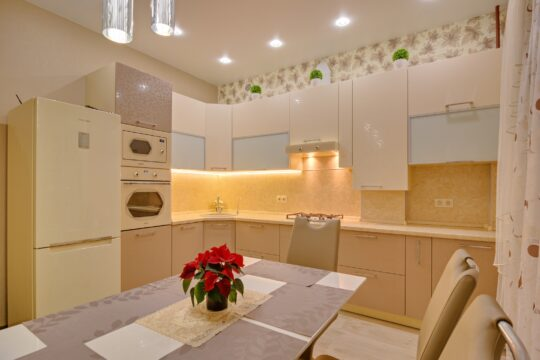 Угловая глянцевая кухня на заказ в Калининграде