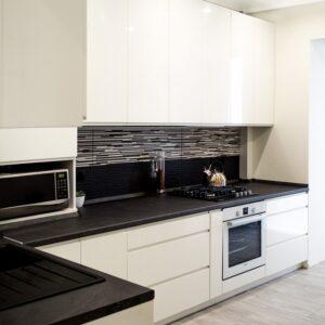 Угловая белая кухня глянцевая в стиле модерн на заказ в Калининграде