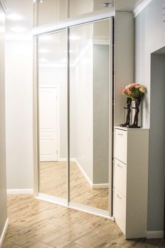 Белый угловой шкаф-купе с зеркалами и тумба для обуви. Мебель на заказ в Калининграде