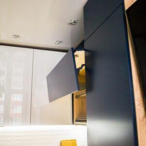 Угловая кухня с прямыми контрастными фасадами в стиле модерн на заказ в Калининграде